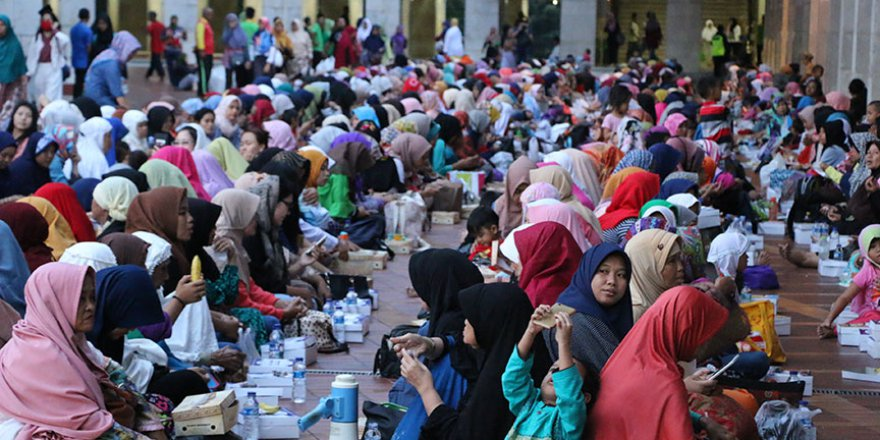 Endonezya'da ilk iftarlar yapıldı