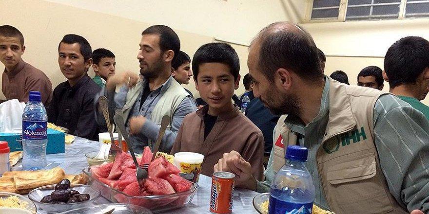 Afganistan'da yetimlere iftar