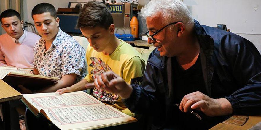 Üsküplü kuyumcu atölyesinde Kur'an-ı Kerim öğretiyor