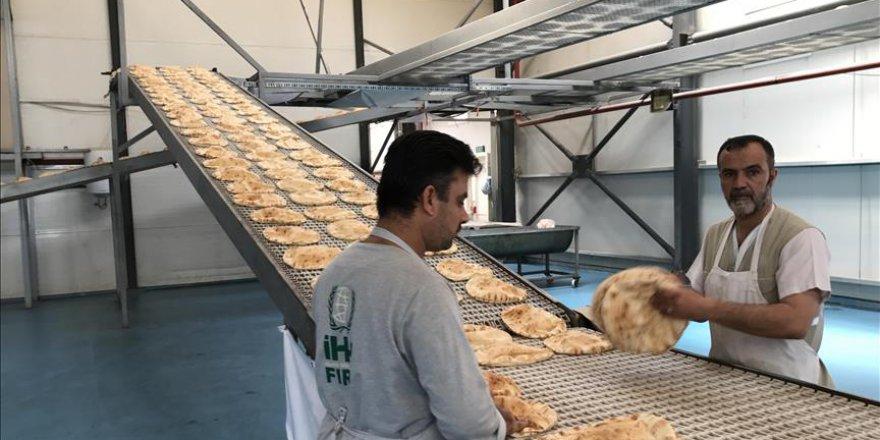 İHH'dan Suriyeli sığınmacılara ekmek yardımı