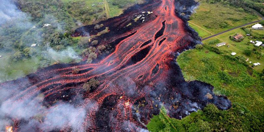 Yanardağdan püsküren lavlar ile 117 ev kül oldu