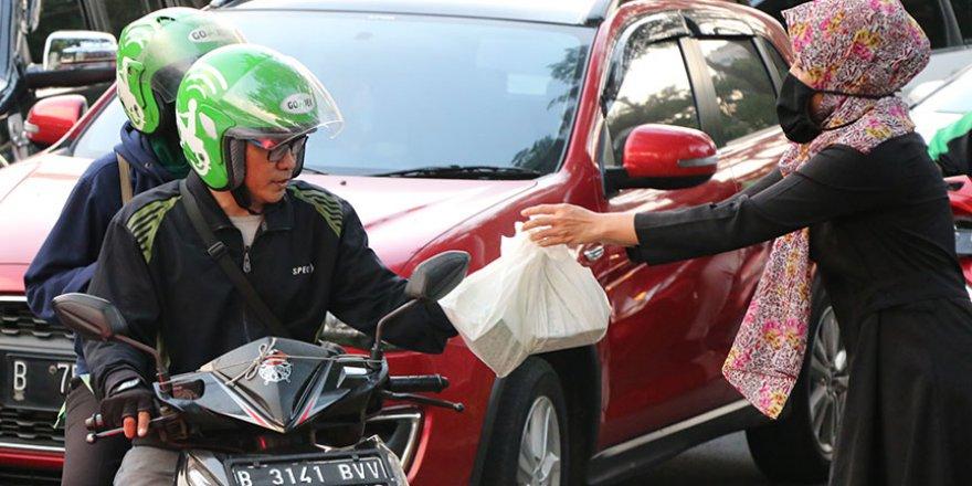 Trafikte kalana iftariyelik dağıtılıyor