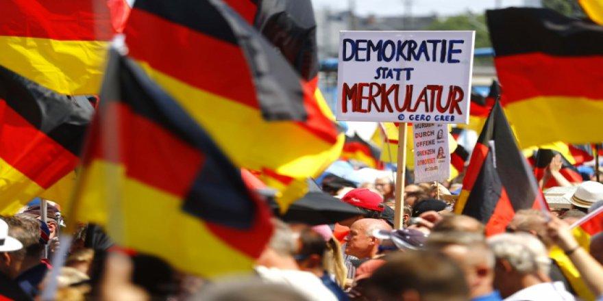 Müslüman karşıtı partinin gösterisi protesto edildi