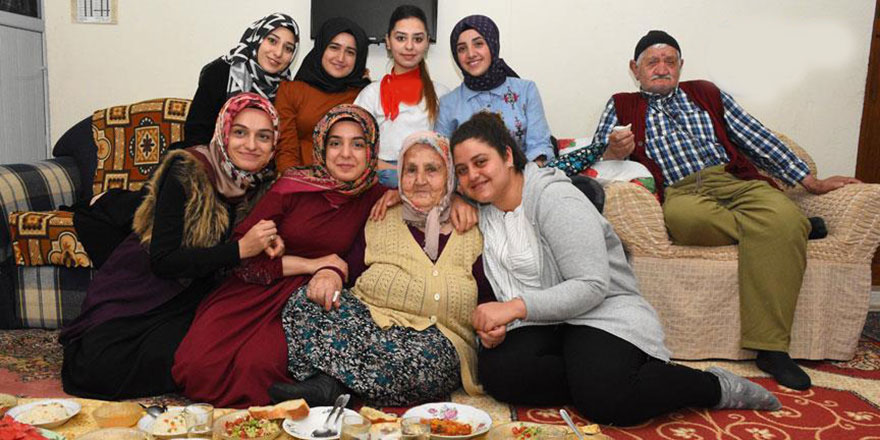 Aferin bu öğrencilere: Yemek hazırlayıp yaşlılarla iftar yapıyorlar