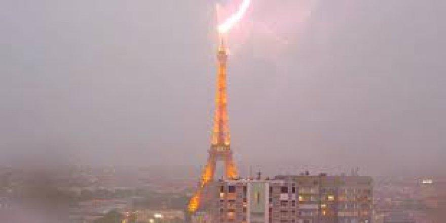 Paris, Eyfel'e düşen yıldırımla aydınlandı