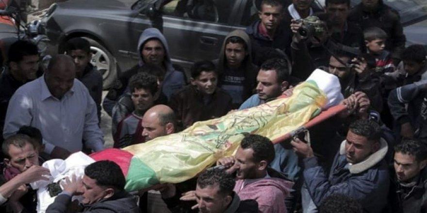 Gazzeliler bir şehidi daha son yolculuğuna uğurladı
