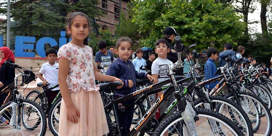 Büyüklerine 'okuma yazma' öğrettiler bisiklet aldılar