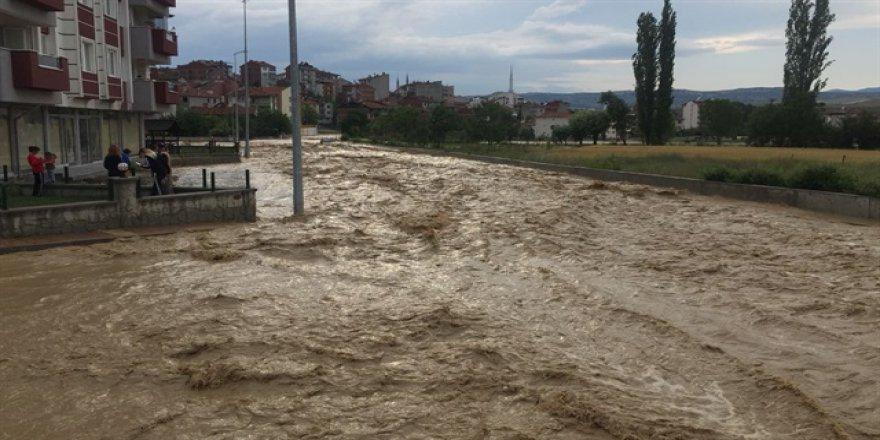 Kastamonu'da bazı ev ve iş yerlerini su bastı