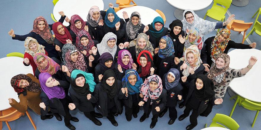 Müslüman olmayan kadınlar Ramazan boyunca başörtüsü takıyor