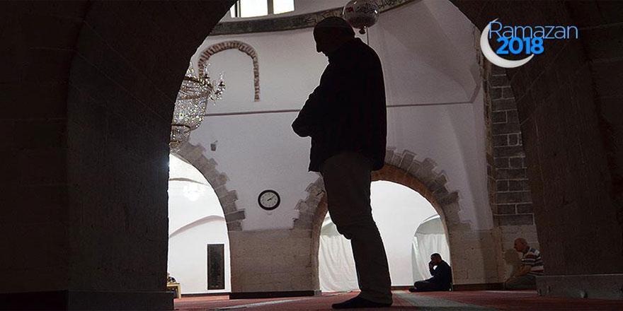 Tarihi camilerde 'itikaf'a giriyorlar