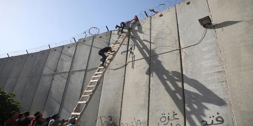 Mescid-i Aksa hasreti engel tanımıyor, 5 metrelik duvarı aşıyorlar