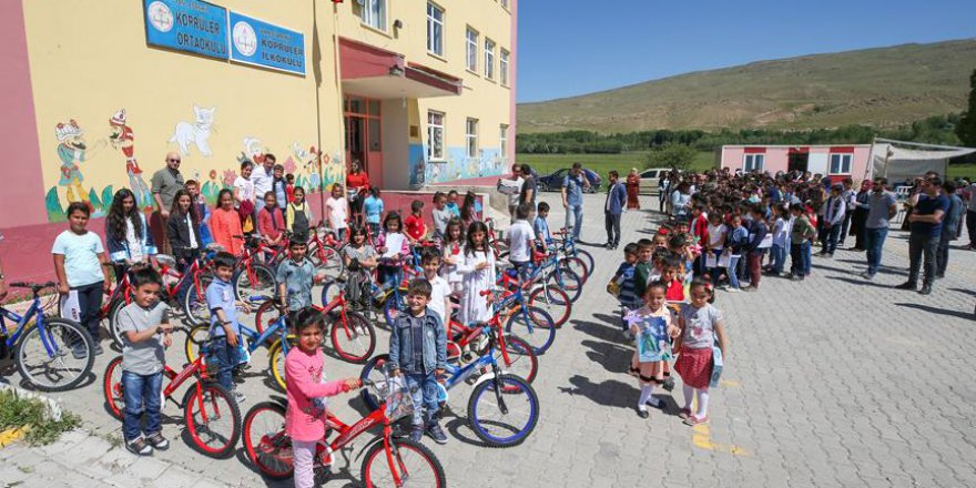 Van'da öğretmen öğrencilerine bisiklet hediye etti