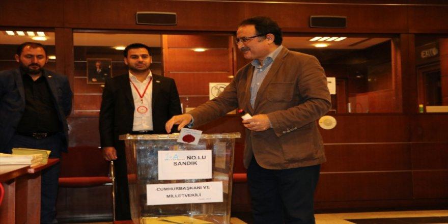 Kazakistan'da Türkler oy kullanmaya başladı