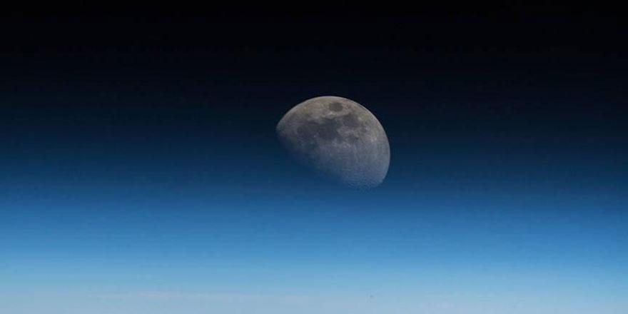 Dünya'nın 354 kilometre üzerinden görünen Ay