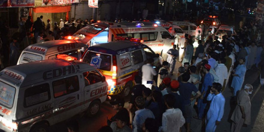 Pakistan'da miting kana bulandı