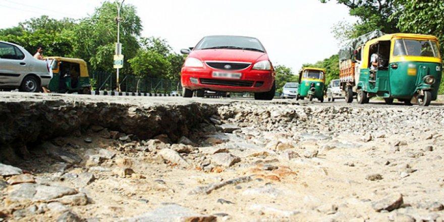 Yollardaki çukurlar Hint sürücülerin kabusu