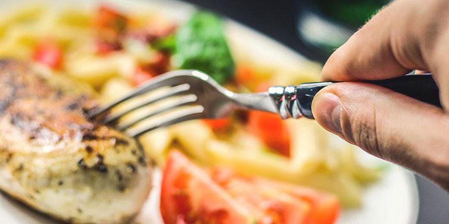 Akşam yemeğini erken yemek kanser riskini azaltıyor
