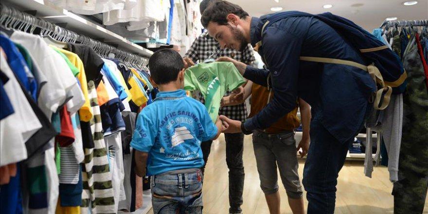 Suriyeli yetimlerin yüzü kıyafet yardımı ile güldü