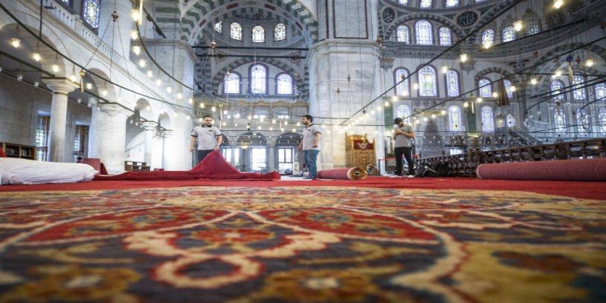 Fatih Camisi'nde 2 yıl aradan sonra tarihi halılar serildi