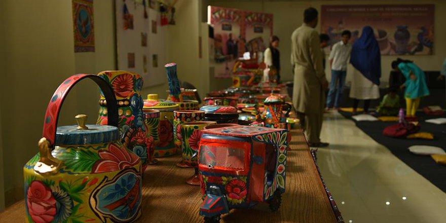 Pakistanlı çocuklara boyama eğitimi