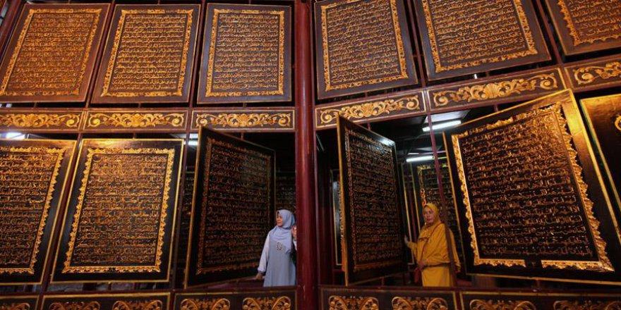 Ahşap işlemeli en büyük Kur'an-ı Kerimi bir milyon kişi ziyaret etti