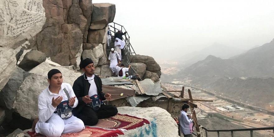Hacı adayları Kur'an-ı Kerim'in inmeye başladığı mağarayı ziyaret ediyor