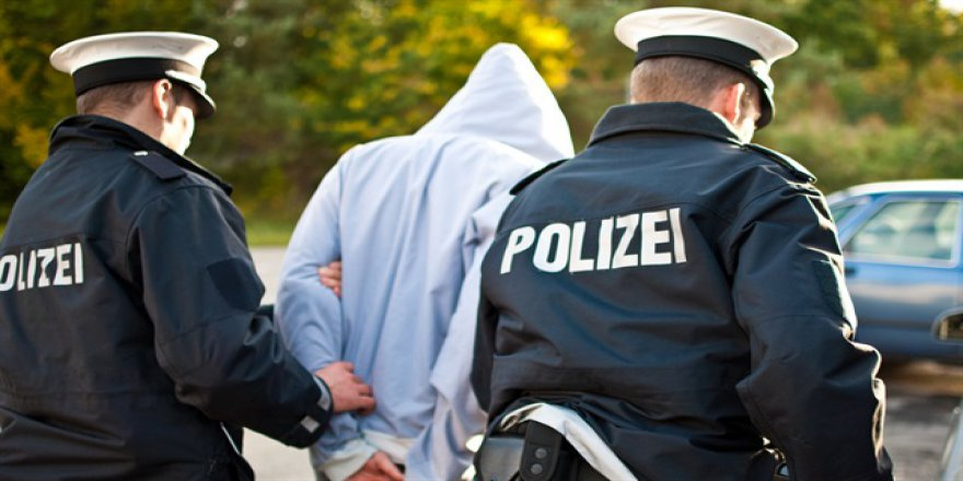 Almanya'da çocuk ve kadını tehdit eden ırkçılar yakalandı