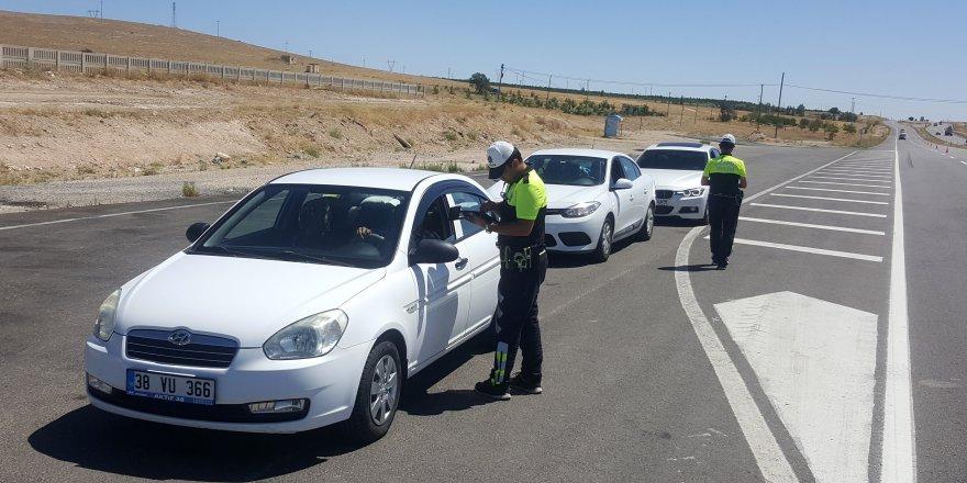 Sürücüleri kurallar konusunda 'tatlı' dil ile uyarıyorlar