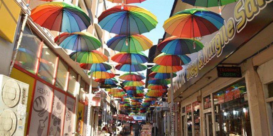 Ağrı'nın sokaklarını şemsiyeler süslüyor