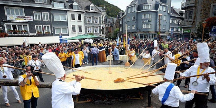 Belçika'da 10 bin yumurtalı dev omlet yapıldı