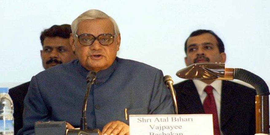 Hindistan'ın eski başbakanı hayatını kaybetti