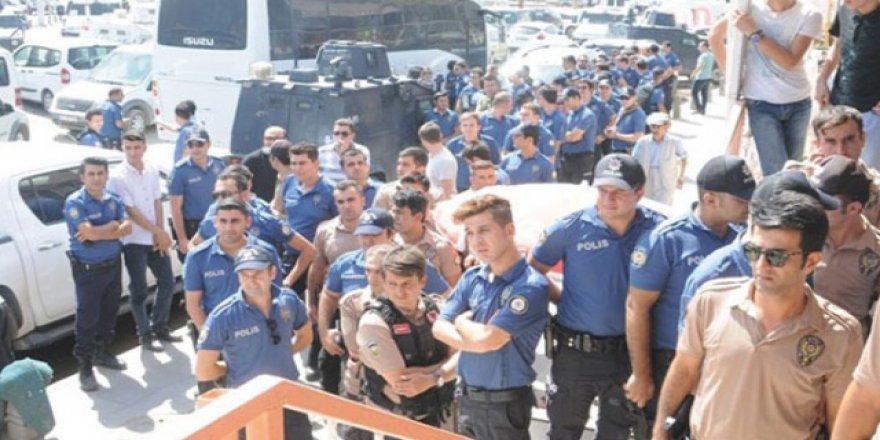 Polisler döviz bozdurmaya koştu