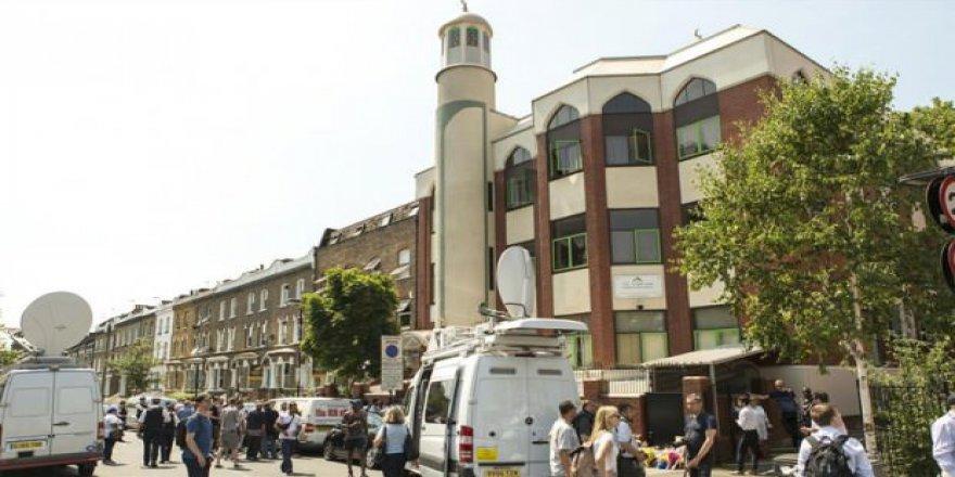 Camiye sapanla saldırdılar