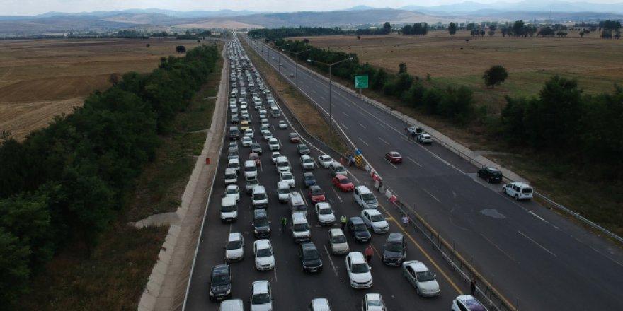 Tatilcilerin Bolu'daki 30 kilometrelik araç kuyruğu