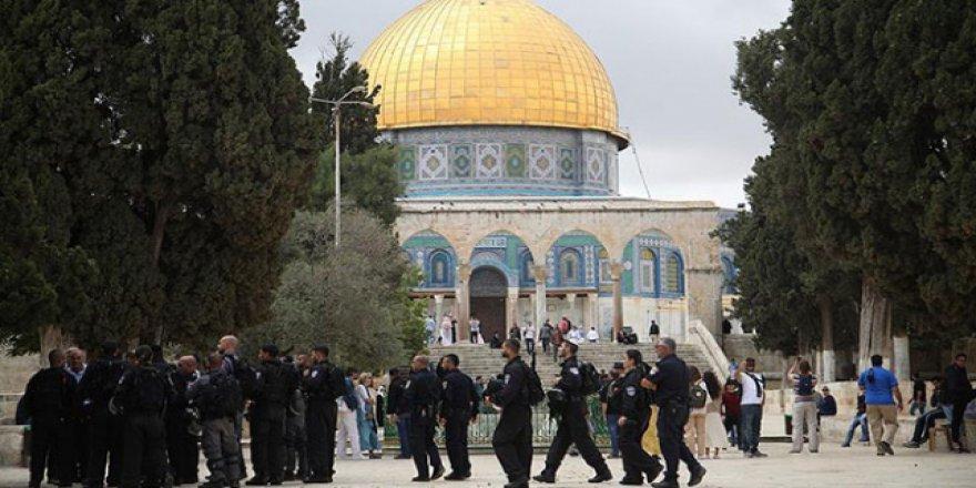 İsrail polisi ve Fanatik Yahudiler Aksa'yı bastı