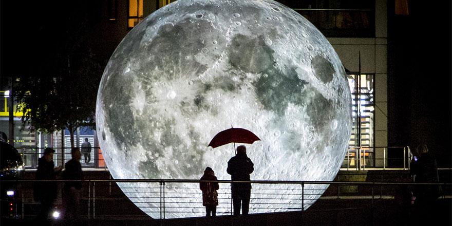 Ay Dünya'ya indi