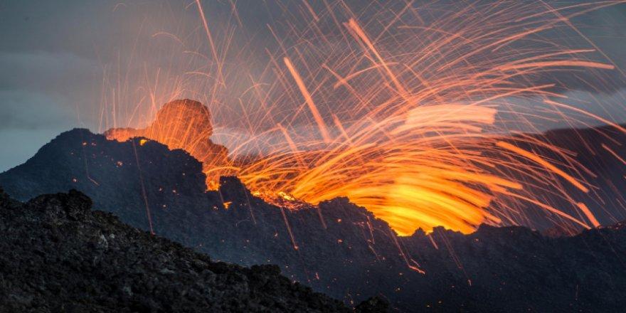 Patlayan volkan ile tefekkürlük görüntüler ortaya çıktı