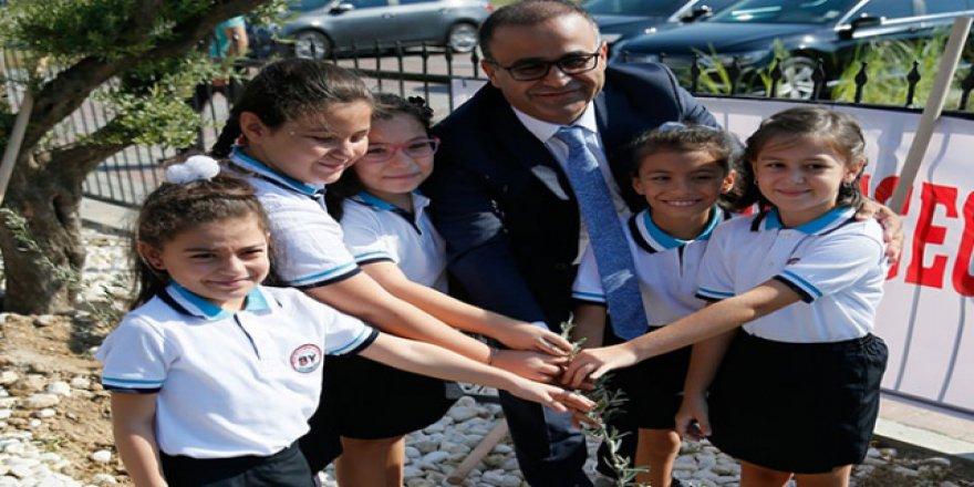 İzmir'de yeni eğitim öğretim yılı zeytin fidanı dikimiyle başladı