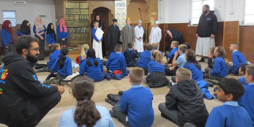 İngiliz bakandan okullara 'camiyi ziyaret edin' teklifi