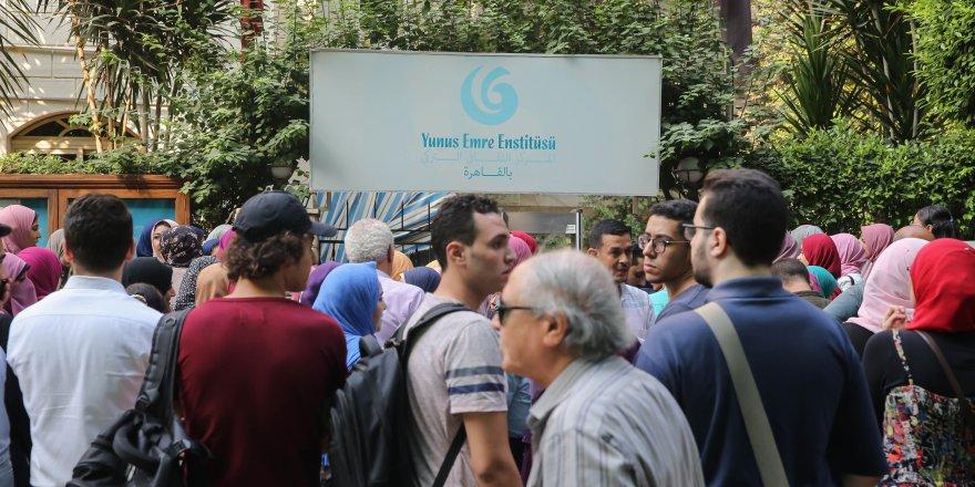 Mısırlı gençler Türkçe öğrenmek için kuyruk oluşturdu