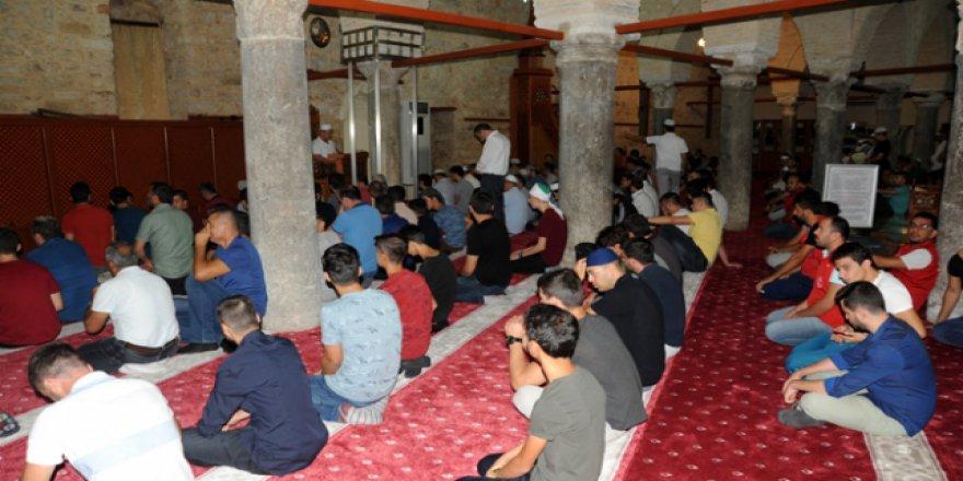 Antalya'da gençler sabah namazını tarihi camide kıldı