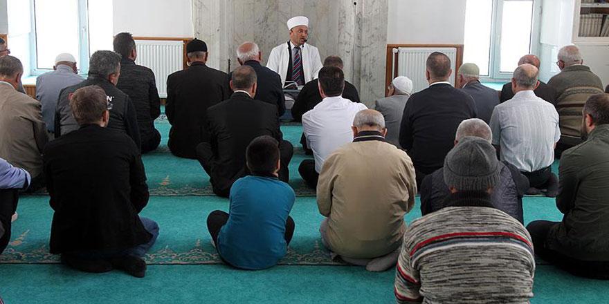Namaz kılarken takılan, hata yapan imamı düzeltmenin hükmü nedir?