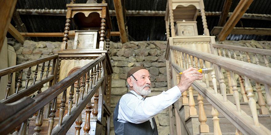 86 yaşındaki Ali dede minber yapıp hayrına camilere bağışlıyor
