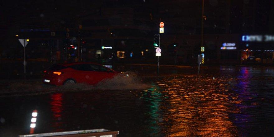 Bursa'da gece saatlerinde bastıran yağmur zor anlar yaşattı