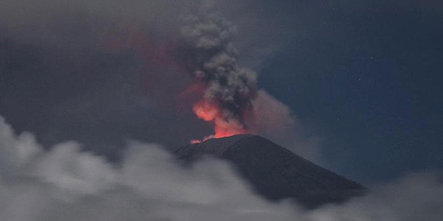 Endonezya'daki yanardağ patladı 5 kilometre yüksekliğe ulaştı