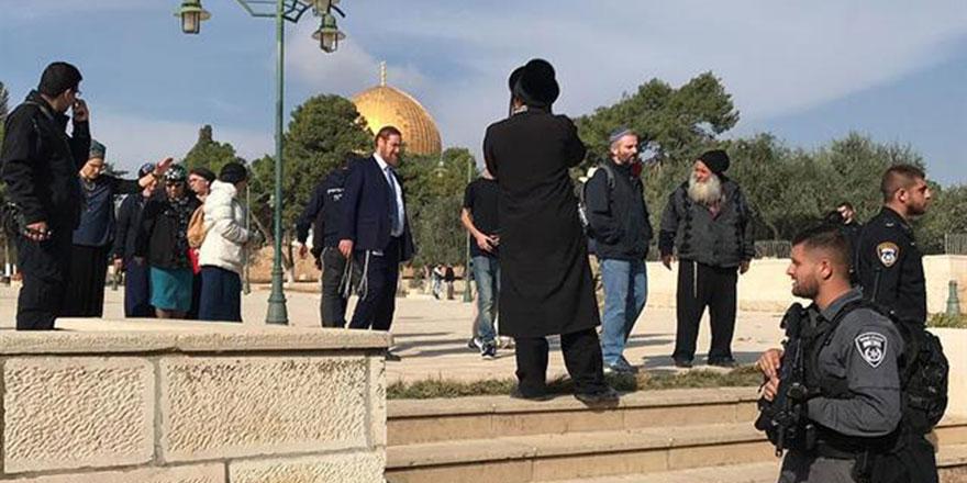 İşgalci İsrail'in eşkiyaları Mescid-i Aksa'yı kirletmeye devam ediyor