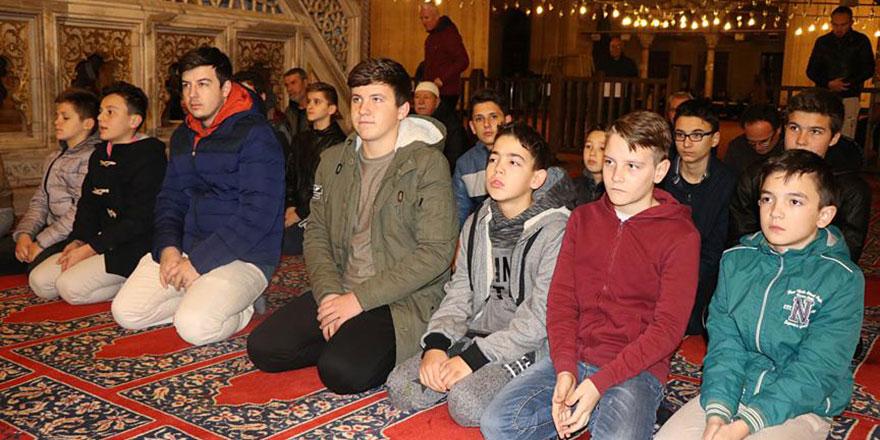 Gençler sabah namazında: Peygamberimiz (asm) olmasaydı hayatımız çoraklaşırdı