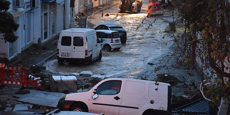 Bodrum'da yağmur yağdı arabalar cadde ve sokaklarda sürüklendi