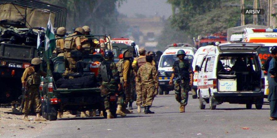 Pakistan'da yola patlayıcı tuzağı: 2 ölü