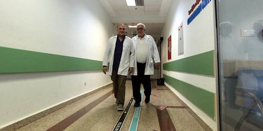 Baba ile oğul aynı hastanede hayat kurtarıyor